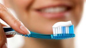 Какую опасность таят зубные щетки?